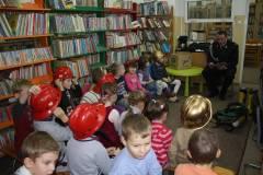 Głośne czytanie na bibliotecznym dywanie